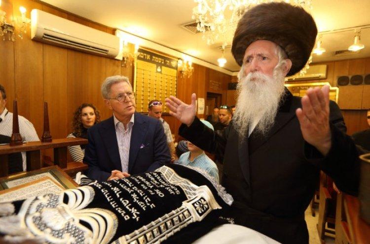Photo of Qu'a fait le Rav Grossman dans un couvent, coiffé d'une perruque et portant un jeans ?