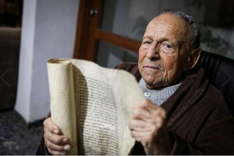 Photo of Un rescapé de la Shoa âgé de 100 ans nous dévoile une Méguila écrite par Rabbi Zouché de Anipoli