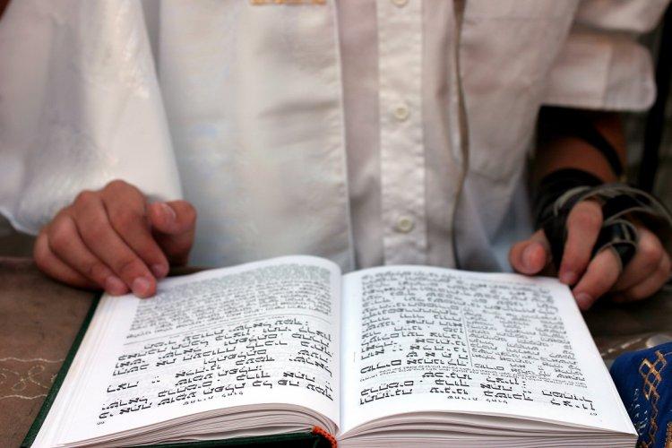 Photo of Chavouot : Doit-on être debout lors de la lecture des dix commandements ?
