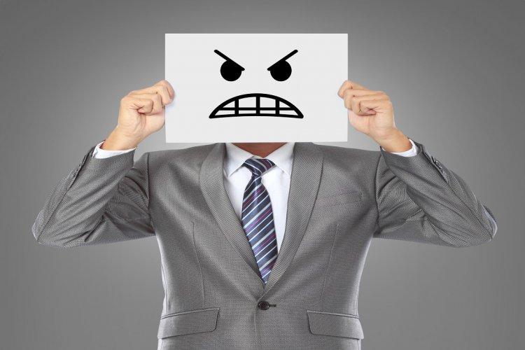 Photo of Une grande colère commence à l'envahir…mais il se retient à la dernière seconde…