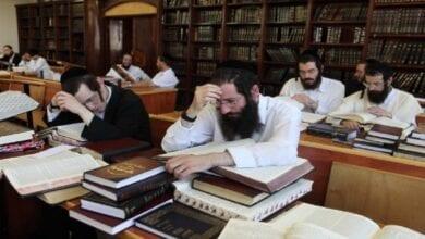 Photo of D'où vient la coutume de rester éveillé toute la nuit de Chavouot et d'étudier la Torah jusqu'au petit matin?